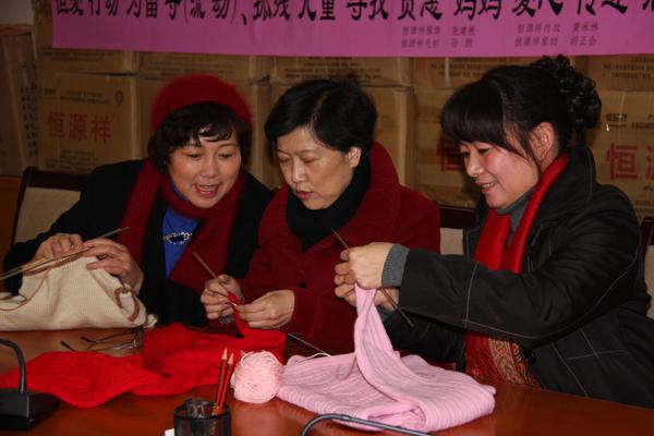 孤残儿童编织爱心毛衣
